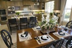 Table dinante avec la cuisine à la maison de luxe. Photos libres de droits