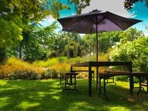 Table dinante avec le parasol image libre de droits