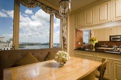 Table dinante dans l'appartement terrasse New York de recoin de cuisine Images libres de droits