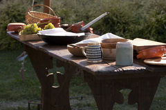 Table dinante de la Renaissance dans le camp militaire. photos stock