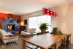 Table dinante en bois, fond de salle de séjour Photo stock