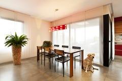 Table dinante en bois, salle de séjour Photo stock