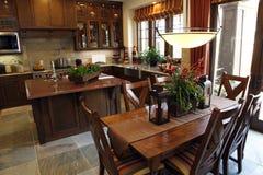 Table dinante et cuisine Photographie stock