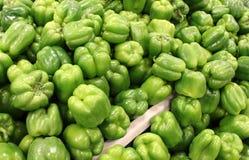 Table du marché d'agriculteurs couverte en poivrons verts frais Image libre de droits