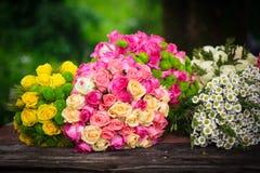 Table du ` s de fleuriste avec les bouquets préparés Image libre de droits