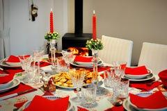 Table du ` s de nouvelle année dans une chambre avec la cheminée photo stock