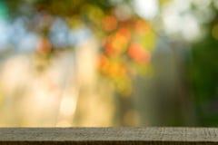 Table en bois au-dessus des arbres brouillés avec le fond de bokeh photographie stock