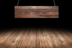 Table en bois avec accrocher le signe en bois photographie stock libre de droits