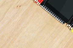 Table en bois avec des dispositifs et des approvisionnements Images stock