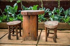 Table en bois avec deux présidences Image stock