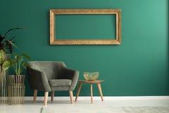 Table en bois avec la cuvette en métal Photo libre de droits