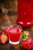 Table en bois avec la liqueur de fraise, foyer sélectif images libres de droits
