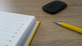 Table en bois avec la souris, le stylo et l'ordre du jour Photo stock