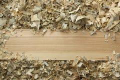 Table en bois avec la vue supérieure de lieu de travail de charpentier de sciure Images stock