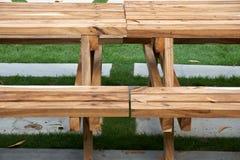 Table en bois avec le banc images libres de droits