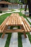 Table en bois avec le banc image libre de droits