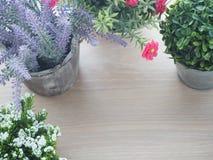 Table en bois avec le beau cadre de fleur sur le spac de pot et d'exemplaire gratuit photographie stock