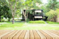 Table en bois avec le fond de jardin et de boutique de tache floue Photos libres de droits