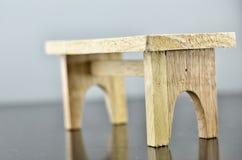 Table en bois avec le fond gris Images libres de droits