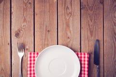 Table en bois avec le plat vide Vue de ci-avant Photographie stock libre de droits