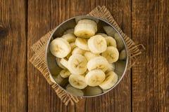 Table en bois avec les bananes coupées en tranches, foyer sélectif Photographie stock libre de droits