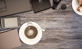 Table en bois avec les fournitures de bureau et le café, vue supérieure Photos stock