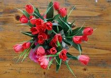 Table en bois avec les roses rouges Images stock