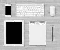 Table en bois blanche de bureau avec des instruments Photographie stock libre de droits