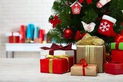 Table en bois blanche devant l'arbre de Noël coloré avec des boîte-cadeau peuvent être employés pour l'affichage ou le montage vo Photos stock