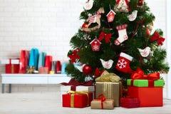 Table en bois blanche devant l'arbre de Noël coloré avec des boîte-cadeau peuvent être employés pour l'affichage ou le montage vo Images libres de droits