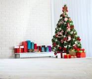 Table en bois blanche devant l'arbre de Noël coloré avec des boîte-cadeau peuvent être employés pour l'affichage ou le montage vo Image stock