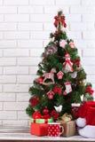 Table en bois blanche devant l'arbre de Noël coloré avec des boîte-cadeau peuvent être employés pour l'affichage ou le montage vo Image libre de droits
