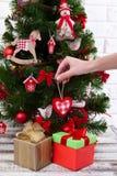 Table en bois blanche devant l'arbre de Noël coloré avec des boîte-cadeau peuvent être employés pour l'affichage ou le montage vo Photographie stock libre de droits