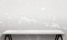 Table en bois blanche moderne avec les jambes et l'espace libre Texture blanche criquée de mur à l'arrière-plan Photographie stock libre de droits