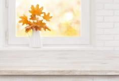 Table en bois blanchie sur le fond du rebord de fenêtre blanc d'automne Images libres de droits