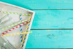 Table en bois bleue avec des pailles Photographie stock