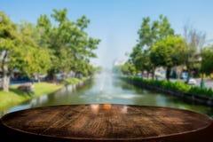 Table en bois brune vide sélectionnée de foyer et la fontaine ou le cana Photographie stock libre de droits