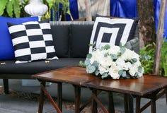Table en bois décorée des roses blanches Image libre de droits