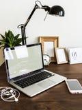 Table en bois d'écouteurs mobiles de maquette d'ordinateur portable d'ordinateur image stock