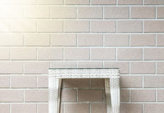 Table en bois d'armure de plan rapproché sur le fond brun brouillé de texture de mur de briques avec la lumière du soleil, bel in Photographie stock