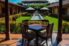 Table en bois dans Jardin, Grenade, Nicaragua Image libre de droits