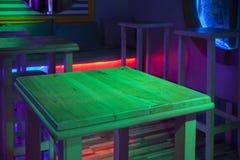 Table en bois dans la chambre noire photos stock