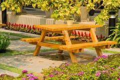 Table en bois dans le jardin Photo libre de droits