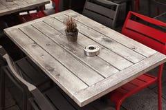 Table en bois dans le restaurant Photos stock