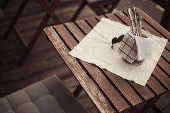 Table en bois dans le restaurant Images libres de droits