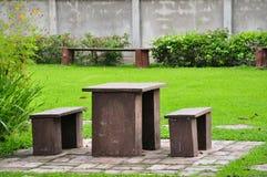 Table en bois dans une cour Photo stock