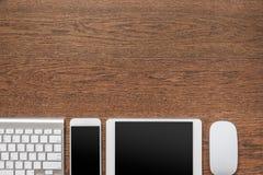 Table en bois de bureau avec le carnet, crayon jaune, comprimé, keyboa Photo libre de droits
