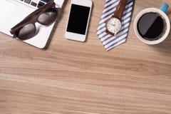 Table en bois de bureau avec le téléphone d'ordinateur portable et la tasse de café intelligents Vue supérieure Photos libres de droits