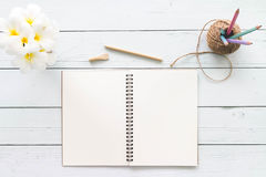 Table en bois de bureau de bureau blanc moderne avec le carnet, bloc-notes a Photos libres de droits