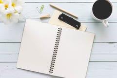 Table en bois de bureau de bureau blanc moderne avec le carnet, bloc-notes a Image stock